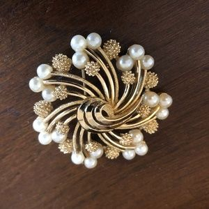 Vintage Trifari Gold colored faux Pearl Brooch/Pin